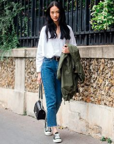 Jeans-and-Converse outfits are classic for a reason. We've rounded up 12 It girl–approved combos that prove the casual look will never go out of style. Jeans Converse Outfit, Mom Jeans Outfit, Outfits With Converse, Jean Outfits, Converse Sneakers, Basic Outfits, Casual Outfits, Casual Chic, Casual Jeans