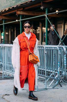 Street Style at New York Fashion Week Fall 2018 Best Street Style, Cool Street Fashion, Street Style Looks, Kelly Fashion, Fashion Mode, Fashion Trends, Style Fashion, Cozy Fashion, Runway Fashion