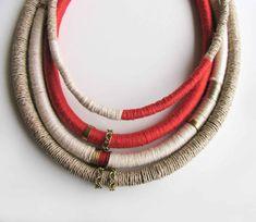 Collier de laine Boho, couches de charme collier, collier de corde Tribal enveloppé, Free-Spirited bijoux, collier de déclaration, corail rouge, ecru, taupe