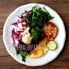almoço do dia: repolho roxo couve rabanetes salsinha abóbora japonesa abobrinha brócolis couve flor hambúrguer de frango beterraba. Super delícia! Tem dúvidas sobre a paleo? LINK NA BIO! #dieta #dietas #dietasempre #dietasemsofrer #dietapaleolitica #dietapaleo #paleo #paleofood #paleolitica #paleolife #paleolifestyle #paleodiet #mydiet #eatclean #primal #primalfood #realfood #eatreal #fit #healthychoices #fitfood #reeducacaoalimentar #saude #saudavel #vidasaudavel #comersaudavel