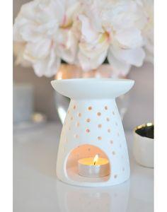 Brûle parfum en porcelaine, blanc, ajouré de petits trous.