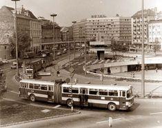 1970-es évek közepe, Baross tér.A GA 87-88 rendszámú,7-es járatszámú, Ikarus 180-as csuklósautóbusz a Baross téren, ablakig kékre festett ajtókkal és mind a négy ajtón alsó ablakokkal. A háttérben a már újjáépített Hotel Szabadság. A tér közepét uralja aBKV irányító torony .Felfedezhezünk még UFO-kat, egy UV-villamost, és még egy Garant teherautót is.