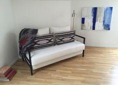 Vit Oxen 2,5-sits bäddsoffa. Compact living, soffa, vardagsrum, sovrum, möbler, inredning, stålram, svart. http://sweef.se/soffor/104-oxen-baddsoffa-3-sits.html