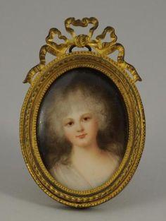 MINIATURE sur porcelaine ovale à portrait de Jeune femme aux cheveux