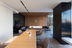Proyecto: Remodelación de las oficinas del Grupo Empresarial ONE, realizado por @manuelgarciaaso . Pavimento #Iseo , mesa #Touché y revestimiento #Storm .