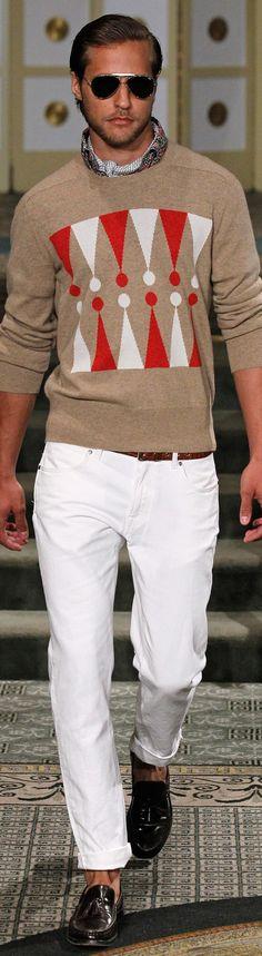 Schöne Kombination aus weißer Chino und sandfarbenem Pullover mit markantem, grafischem, rot-weißem Muster. Male Fashion, Fashion Show, Stylish Men, Men Casual, Preppy Style, My Style, Michael Bastian, Men's Sweaters, Knitting Designs