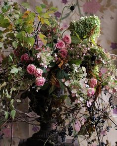 gorgeous wild urn arrangement of pink roses, hydrangeas, scabious, berries and autumnal foliage...  yes   y  rustique autonal,,,