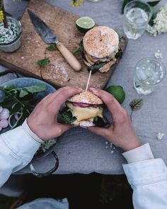 Delcious gluten-free and vegetarian burger recipe with homemade gluten-free burger buns, grilled cheese and a kohlrabi-garlic patty. Cheese Recipes, Cooking Recipes, Savoury Recipes, Burger Buns, Burger Food, Sandwiches, Best Weight Loss Foods, Burger Recipes, No Cook Meals