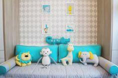 Kit cama babá tema selva moderno e colorido. Estampa chevron cinza, amarelo e azul tiffany.Almofadas Toy elefantinho, jacaré, macaco e leãozinho. - Tree House Baby & Kids