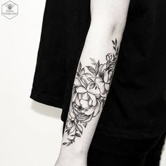 Flower tattoos for women, beautiful designs ❖❖❖ ❖❖❖ The flowers have become one of the most chosen designs, by men and women, when it comes to getting tattoos. Many think that this is a design that only. Kunst Tattoos, Neue Tattoos, Body Art Tattoos, Sleeve Tattoos, Piercings, Piercing Tattoo, Tatoo 3d, Et Tattoo, Tattoo Forearm