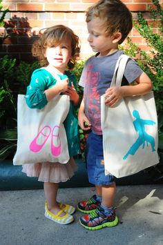 Stenciled Grab-n-Go Totes: FamilyFun Test Drive. Make tote bags specific to your kids' activities to keep everything in order! @FamilyFunmag #everydayfun