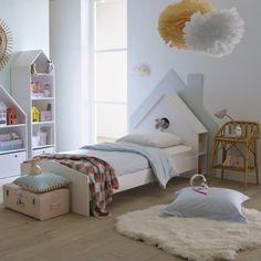 """Cama + cabeceira + arrumação + estrado, Selisa. Muito prática, original e bem pensada, a cama para criança Selisa está equipada com uma bonita cabeceira de cama em forma de casa, com arrumação dos lados. Descrição da cama + estrado + cabeceira de cama Selisa:Cabeceira de cama modelo casa com abertura """"olho de boi"""".Nichos de arrumação nos lados da cabeceira de cama.Entregue com estrado com ripas.Superfície para dormir 90 x 190 cm.Colchão adaptado e gaveta-cama em laredoute.ptCaraterí..."""