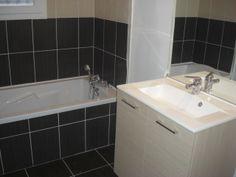 une salle de bain avec baignoire et un duo de faences beige et chocolat poses - Salle De Bain Beige Chocolat
