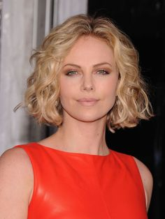 Charlize Theron Short Blonde Curly Bob Hairstyle Charlize Theron kurze blonde lockige Bob-Frisur , Charlize Theron Short Blonde Curly Bob Hairstyle , Hairstyles Source by ddkwhite. Medium Curly Bob, Short Wavy Hair, Short Blonde, Short Hair Cuts For Women, Thick Hair, Curly Blonde, Short Cuts, Bob Cuts, Long Curly