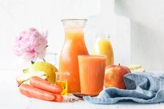 Yay, Frühstückssmoothie! Mit gesundem Apfel, Karotten, Zitrone und Orangensaft. Die erste Portion des Tages an Obst und Gemüse ist damit schon gedeckt!