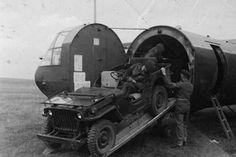 Een Jeep wordt in een Horsa glider gereden voor operatie Market-Garden.