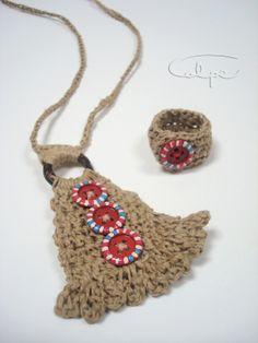 Colgante de crochet con botón pintado a mano y anillo a juego. http://calpearts.blogspot.com.es/p/colgantes.html