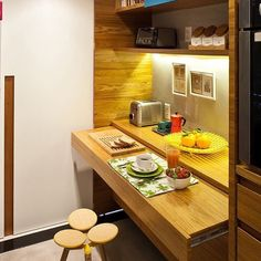 Pouco espaço na cozinha, mas você quer um cantinho pra fazer as refeições? Uma bancada retrátil é uma solução muitíssimo eficaz!!!  #kitchen #table #idea #inspiration #interiordesign #decorhouse #designlovers #casaqueacolhe #instadecor #aqinteriores