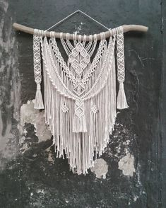 Best Pictures Macrame Wall Hanging design Tips Macrame has returned however you like! If the design can be even a bit boho, any macrame wall hangin Modern Macrame, Macrame Art, Macrame Projects, Macrame Knots, Macrame Wall Hanging Patterns, Macrame Patterns, Art Macramé, Macrame Curtain, Macrame Tutorial
