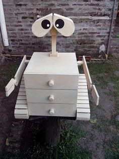 This wood pallet funky creation will force you to make them as part of your house as the purpose of entertaining design! Its animated featured face is quite cool. Besides it, this creation is turning out to offer you with the effective uses of the drawers table. It would look attractive in your kid's room.