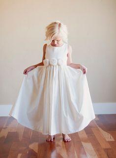 detalhe: faixa branca igual o vestido com flores delicadas