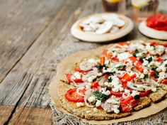 Die leckere Low Carb Pizza mit Chia-Samen ist was für diejenigen, die auf Pizza nicht verzichten möchten, aber auf die Kohlenhydrate.  >> Zum Rezept
