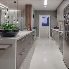 Cozinha cinza ✨ autoria de Flavia Melo, Foto Ronaldo Rizzutti  | @decoreinteriores