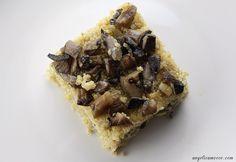 Sformato di quinoa vegan con funghi e avocado