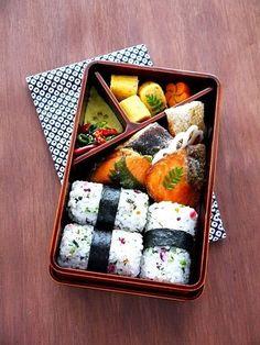 Japanese Bento Lunch Box - I would for sure eat this at school! Lunch Box Bento, Japanese Bento Lunch Box, Japanese Food, Asian Lunch Boxes, Japanese School Lunch, Bento Food, Cute Lunch Boxes, Box Lunches, Bento Kawaii