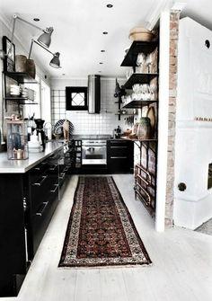 cuisine noire comptoir brique blanche sous carreaux de mur de petit format parquet cabinet noir du plateau 1
