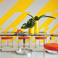 Mesa em vidro com pés em aço. Projeto de Anthony Baratta. #architecture #arquitetura #arte #art #artlover #design #architecturelover #instagood #instacool #instadesign #instadecor #instadaily #projetocompartilhar #shareproject #davidguerra #arquiteturadavidguerra #arquiteturaedesign #instabest #instahome #decor #architect #criative #photo #decoracion #table #tabledesign #diningtable #anthonybaratta