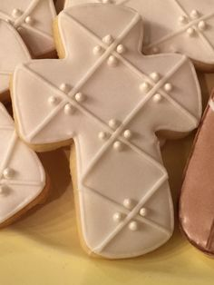 Crosses for Easter or Baptism sugar cookies Iced Cookies, Easter Cookies, Holiday Cookies, Sugar Cookies, Christening Cookies, Cross Cookies, Bolacha Cookies, Sugar Cookie Royal Icing, First Communion Decorations