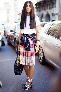 Bind een geruit overhemd of gedrukte sweatshirt rond je taille voor een gemakkelijke en ongedwongen dosis toegevoegd afdruk. | 21 Ways To Mix Patterns Like A Fashion Blogger