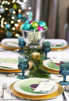 Girls Night In Holiday Party in Blue, Green & Pink Ideas to host a girls-night-in Christmas party Christmas Cocktail, Christmas Love, Winter Christmas, Christmas Table Settings, Christmas Tablescapes, Christmas Entertaining, Holiday Parties, Brunch, Easy Party Food