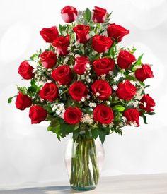 Sorprenda a ese ser especial con este hermoso arreglo de dos docenas de rosas rojas finamente elaborado en florero de cristal.