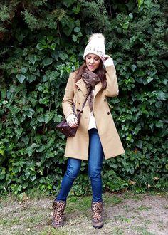 Un look calentito, en tonos claros y prendas cómodas… ¿No creéis que es muy apetecible? ¡Para mí si, iría así casi todos los días durante los fríos días de invierno! Hoy llevo jeans de PAIGE, jersey de lana beige con peplum de BA&SH para FETICHE SUANCES, botas MOU con cuña, abrigo clásico en camel de […]
