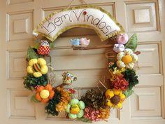 Guirlanda super colorida, alegre e cheirosa, confeccionada a mão, com flores, corujinhas, passarinhos, pau de canela...feita com muito carinho e amor para embelezar ainda mais seu lar. R$ 90,00 Felt Wreath, Fabric Wreath, Felt Fabric, Grapevine Wreath, Fabric Crafts, Diy Crafts, Felt Banner, Wood Sculpture, Felt Flowers