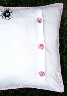 Almofada em Patchwork com bordados a mão, fechamento com botão cobertos de tecido e com enchimento em fibra siliconada.    Qualquer dúvida entre em contato    ** Os retalhos podem variar dos que estão na foto**  ** Podemos fazer em outras cores**  ** Vendemos somente capa, sem enchimento (descont...