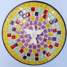 Mandala em MDF, trabalhada em mosaico com pastilhas de cristal e vidro com espírito santo em madeira.
