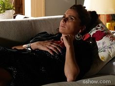 Clara fica em casa, mas não consegue parar de pensar em Marina (Foto: Em Família/TV Globo)