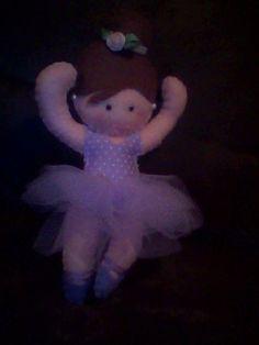 bailarina de cabelos castanhos em feltro