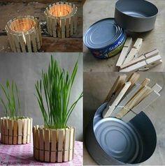 Usando los ganchos de ropa y una lata de atún puedes hacer una matera muy original. Pon alrededor de la lata los ganchos y ¡listo! Siembra las plantas que desees, guíate por la imagen y dale un toque especial a tu jardín. #NovaIdea