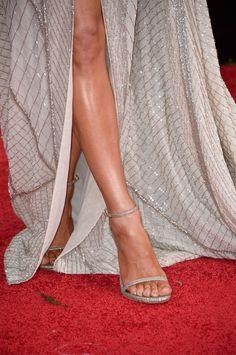 Saiba qual é a sandália de tiras finas que não sai dos pés das famosas