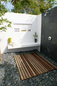 Great outdoor shower that has an indoor feel :-)