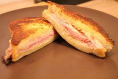 A Monte Cristo szendvics az amerikaiak egyik kedvence. Sajtos-sonkás melegszendvics bundáskenyérként elkészítve. Próbáld ki - itt a recept képekkel! French Toast, Bacon, Sandwiches, Food And Drink, Pizza, Hamburger, Dinner, Cooking, Breakfast