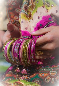 Radiant Orchid bangles from India Indian Accessories, Fashion Accessories, Boho Gypsy, Bohemian Style, Bollywood, Indian Jewelry, Indian Bangles, India Fashion, Indian Bridal