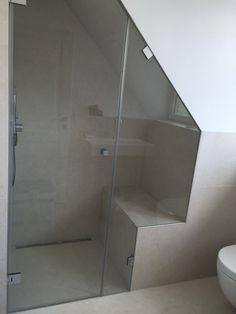 Chuveiro de vidro com teto inclinado e recorte - Home (sweet home) - Small Attic Bathroom, Loft Bathroom, Diy Bathroom Remodel, Industrial Bathroom, Bathroom Toilets, Bathroom Kids, Bathroom Fixtures, Modern Bathroom, Industrial Pipe