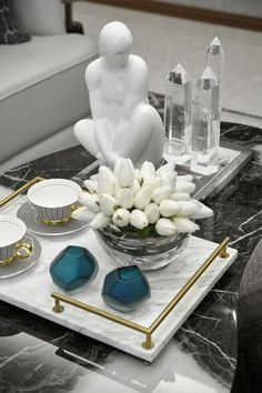 A formal tablescape on coffee table w/ black marble top. Layered w/ contrasting white marble tray w/ gold-finished handles. Gold accents repeated on coffee cups. Clear, glassy material of vase, Decoration Restaurant, Decoration Table, Centerpiece Decorations, Table Centerpieces, Coffee Table Decorations, Green Decoration, Decoration Crafts, Coffee Table Styling, Decorating Coffee Tables
