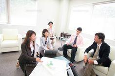 オフィスで打ち合わせをするグループ (c)Katsutoshi Hatsuzawa/orion