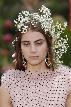 Le nuova versione delle corone di fiori? Le sfilate dicono che si porteranno così
